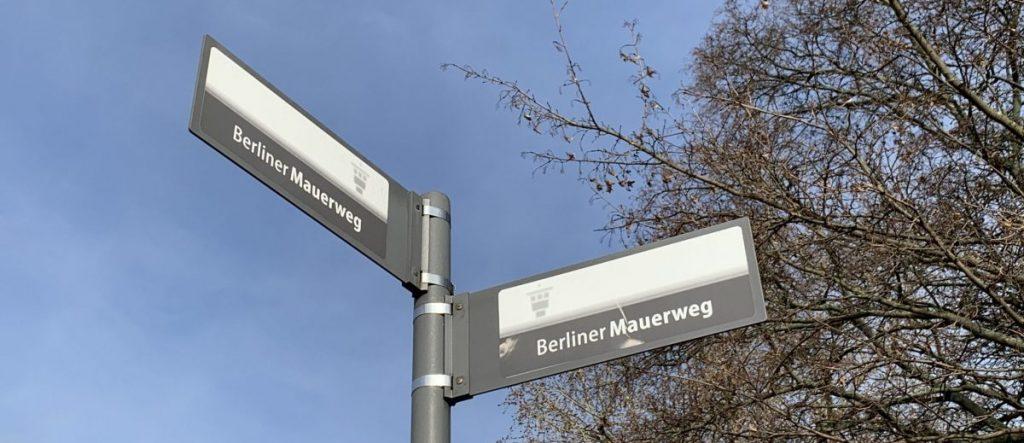 Mauerweg-Beschilderung in Berlin-Treptow