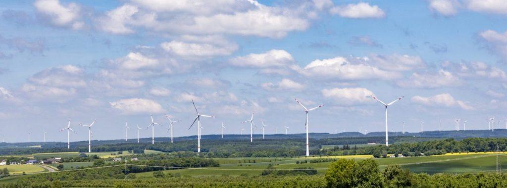 Windräder in Frühlingslandschaft