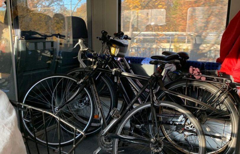 Fahrradabteil der Regionalbahn mit Fahrrädern drin