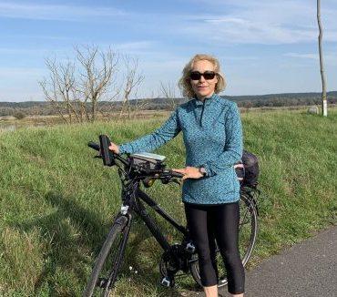 Beatrice Poschenrieder auf dem Oderradweg mit Fahrrad