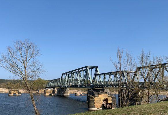 Alte kaputte Eisenbahnbrücke über die Oder in der Nähe von Zäckeritzer Loose