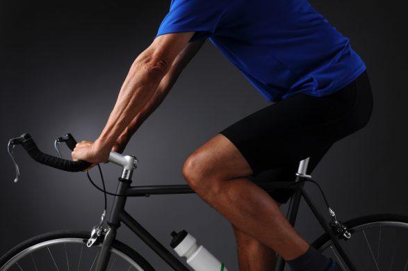 Mann auf Rennrad in Radbekleidung, Radhose