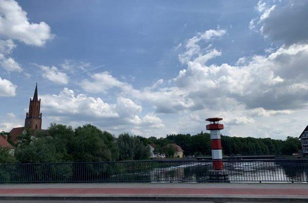 Eine der Havel-Brücken in Rathenow, links hinten die St. Marien-Andreas-Kirche