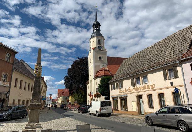 Kirche und Kursächsische Postmeilensäule im Zentrum von Elsterwerda