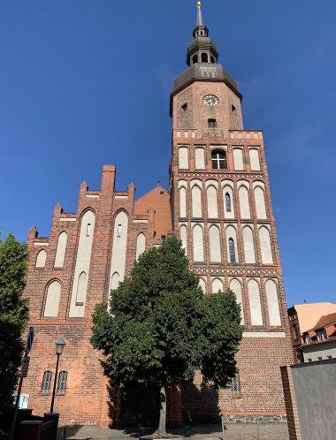Die evangelische Kreuzkirche Spremberg mitten in der Altstadtinsel