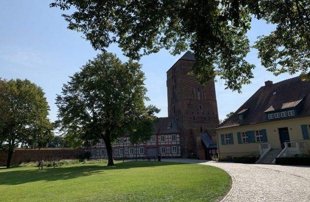 Parkanlage in Wittstock (Dosse) mit der Bischofsburg und dem gelben Bürgermeisterhaus