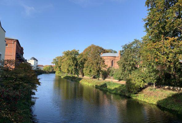 In Brandenburg-Stadt: Schöner Uferweg an der Havel entlang