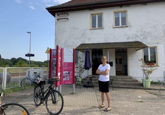 Ehrenamtliche Betreiberin vor dem Café im Bahnhof Küstrin-Kiez