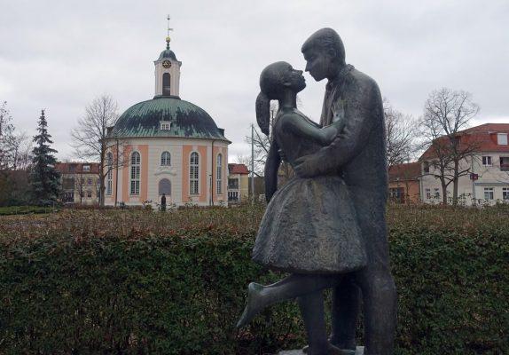 Alte Architektur und neue DDR-Kunst in Schwedt: Hinten der Berlischky-Pavillon, vorne eine Skulptur von 1965