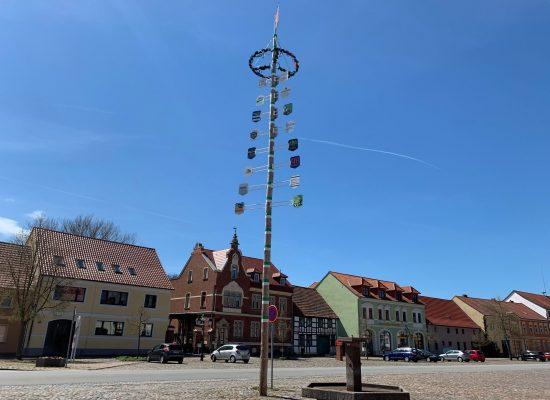 Im Zentrum von Schönewalde steht ein Maibaum